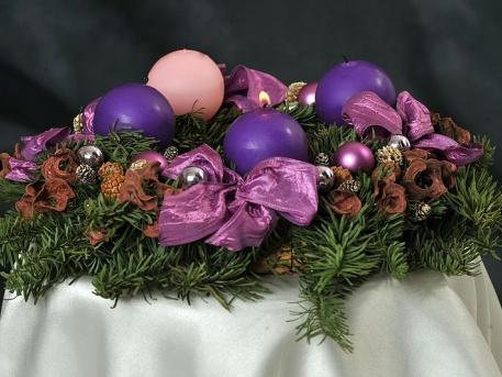 Adventi koszorú a 3 lila és 1 rózsaszín gyertyával