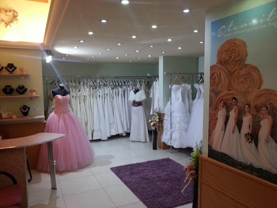 8df1c15d0c 2013. őszén nyitottuk esküvői ruhaszalonunkat azon menyasszonyok számára,  akiknek fontos a széles, több száz ruhából álló választék, a hangulatos, ...