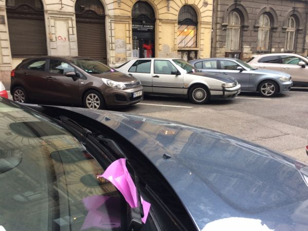Figyelmeztetés a szélvédőn (fotó: ittlakunk.hu)